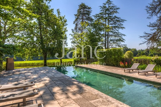 Prestigious property with swimming pool in the middle of vineyards